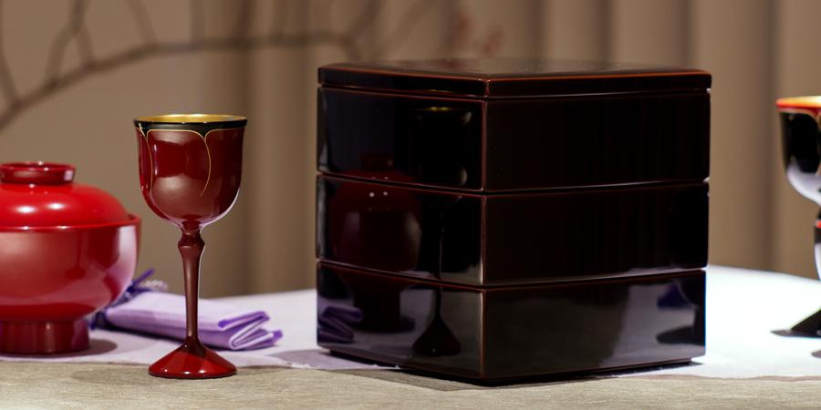 漆器の代表格である「お重箱」。お正月だけでなく、行楽などでも楽しい雰囲気を盛り上げるのに欠かせないアイテムです。